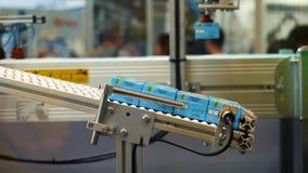 Close-upmening die van robotachtige machine het sap sorteren die bij de tentoonstelling van het roboticaforum en de vage cijfers  stock videobeelden