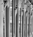 Close-upmening met afnemend perspectief en dalende velddiepte van een wagen van de oudste opschortingsspoorweg in de wereld stock foto