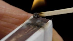 Close-upmening om gelijken voor lucifersdoosje, ontstekingsgelijken te slaan voor lucifersdoosje stock video