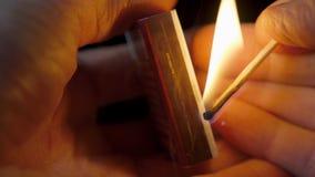 Close-upmening om gelijken voor lucifersdoosje, ontstekingsgelijken te slaan voor lucifersdoosje stock videobeelden