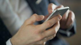 Close-upmening over hand van de mens met telefoon texting bericht binnen stock footage