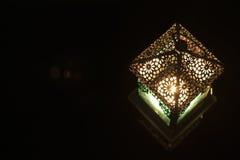 Close-upmening over lantaarn op een donkere achtergrond Stock Afbeelding
