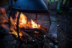 Close-upmening over open brandvlammen Brandend vuur in de verwarmer van de metaalhuisvesting Kampvuur in motiebeeld Bevroren beel stock fotografie