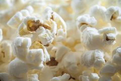 Close-upmening over popcorn, ongezonde snack stock foto's
