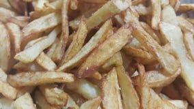 Close-upmening van aardappelfrieten of geroosterde aardappelstokken stock afbeelding