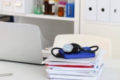 Close-upmening van artsen werkende lijst Stock Foto's