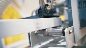 Close-upmening van bar in industriële schavende machine actie Productie van een gelijmde bar stock footage