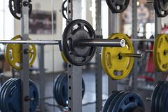 close-upmening van barbells op een tribune in de sporthal stock foto's
