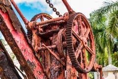 Close-upmening van de Antieke rode kraan van de ijzerboot alleen de oever Stock Foto