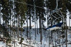 Close-upmening van de blauwe lege stoel van de moderne skilift in de skitoevlucht Bukovel Stock Foto