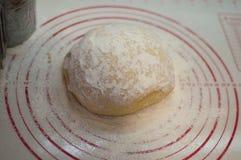 Close-upmening van de eigengemaakte ruwe bal die van het tarwedeeg op de moderne het koken oppervlakte liggen Deeg voor pizza, de Royalty-vrije Stock Foto