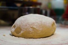 Close-upmening van de eigengemaakte ruwe bal die van het tarwedeeg op de moderne het koken oppervlakte liggen Deeg voor pizza, de Stock Foto's