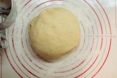 Close-upmening van de eigengemaakte ruwe witte deegbal die op de moderne het koken oppervlakte liggen Deeg voor pizza, deegwaren, Stock Afbeeldingen