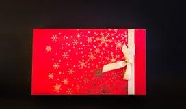 Close-upmening van de gift rode die doos van de Kerstmisvakantie op dark wordt geïsoleerd Royalty-vrije Stock Fotografie