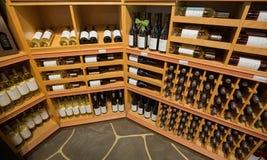 close-upmening van diverse wijn op houten plank ` s binnen wijnopslag in Toronto Royalty-vrije Stock Foto