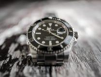 Close-upmening van een bekend, Zwitsers vervaardigd mensen ` s automatisch die het duiken horloge op een juwelierslijst wordt gez royalty-vrije stock afbeelding