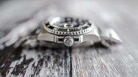 Close-upmening van een bekend, Zwitsers vervaardigd mensen ` s automatisch die het duiken horloge op een juwelierslijst wordt gez stock afbeelding