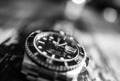 Close-upmening van een bekend, Zwitsers vervaardigd mensen ` s automatisch die het duiken horloge op een juwelierslijst wordt gez stock fotografie