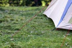 Close-upmening van een deel van een toeristentent De wandelaars kamperen detail Royalty-vrije Stock Afbeelding