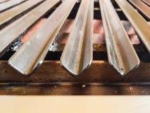 Close-upmening van een grill voor vlees of lapje vlees waar de mensen hun eigen voedsel in een restaurant koken stock foto