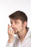 Close-upmening van een man bruin oog terwijl het opnemen van correctief c stock foto