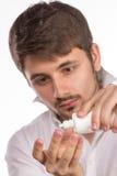 Close-upmening van een man bruin oog terwijl het opnemen van correctief c stock afbeelding