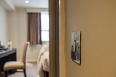 Close-upmening van een moderne lichte die schakelaar in een luxeflat wordt gezien stock afbeeldingen