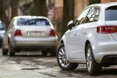 Close-upmening van een nieuwe moderne auto die aan de kant van stre wordt geparkeerd royalty-vrije stock foto's
