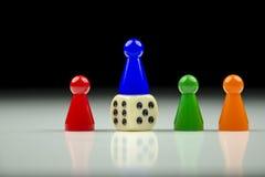 Close-upmening van een rij van gekleurde cijfers en het spelen kubus met vage zwart-witte achtergrond Royalty-vrije Stock Afbeeldingen