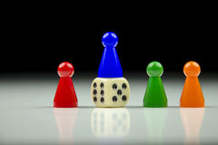 Close-upmening van een rij van gekleurde cijfers en het spelen kubus met vage zwart-witte achtergrond Stock Foto's