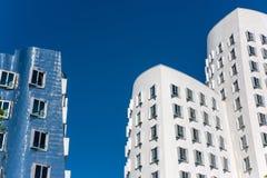 Close-upmening van Frank Gehry & x27; s beroemde moderne gebouwen in Neuer Zollhof in Dusseldorf Royalty-vrije Stock Foto's