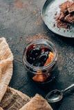 close-upmening van gastronomisch chocoladedessert stock foto's