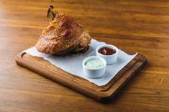 Close-upmening van gastronomisch geroosterd varkensvleesgewricht met sausen royalty-vrije stock afbeeldingen