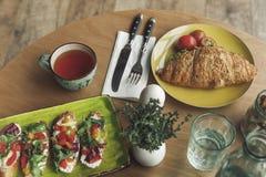 close-upmening van gastronomisch gezond ontbijt met sandwiches royalty-vrije stock afbeelding