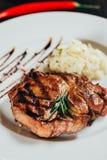 close-upmening van gastronomisch sappig geroosterd lapje vlees met rozemarijn stock foto's