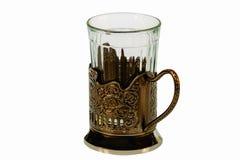 Close-upmening van gefacetteerd die glas in een houder van de metaalkop op witte achtergrond met het knippen van weg wordt geïsol royalty-vrije stock fotografie