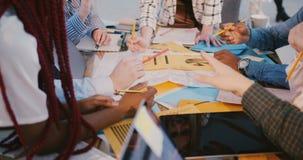 Close-upmening van gezonde werkplaats en groepswerk Handen van multi-etnische partners die, modern bureau samenwerken stock videobeelden