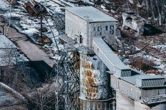 Close-upmening van graanschuur of de bulkbouw van de cementopslag stock afbeelding
