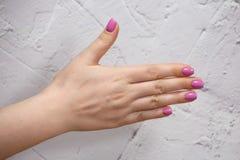 Close-upmening van handen met manicure van jonge vrouw royalty-vrije stock foto's