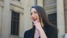 Close-upmening van het jonge gelukkige meisje spreken en het lachen in de stad stock videobeelden