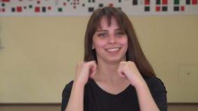 Close-upmening van het jonge vrouwenschaduw in dozen doen die in de camera kijken Mooie vrouwelijke bokser opleiding in de ochten stock video