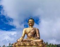 Close-upmening van het reuzestandbeeld van Boedha Dordenma met de blauwe hemel en de wolkenachtergrond, Thimphu, Bhutan Stock Afbeelding