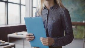 Close-upmening van het vrouwelijke manager lopen door het bureau met documenten Multiraciale teamklap aan onderneemster royalty-vrije stock afbeelding
