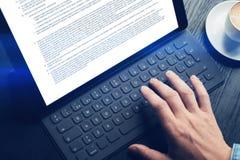 Close-upmening van mannelijke handen die op elektronische tablet toetsenbord-dok post typen tekstinformatie over het apparatensch royalty-vrije stock foto's