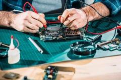 Close-upmening van mannelijke ingenieur die met kringsraad werken stock afbeeldingen