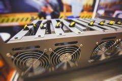 Close-upmening van materiaal voor de mijnbouwlandbouwbedrijf van bitcoincryptocurrency, elektronische apparaten met ventilators,  royalty-vrije stock afbeeldingen