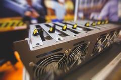 Close-upmening van materiaal voor de mijnbouwlandbouwbedrijf van bitcoincryptocurrency, elektronische apparaten met ventilators,  royalty-vrije stock foto's
