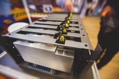 Close-upmening van materiaal voor de mijnbouwlandbouwbedrijf van bitcoincryptocurrency, elektronische apparaten met ventilators,  stock foto