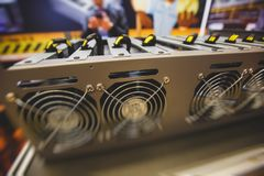 Close-upmening van materiaal voor de mijnbouwlandbouwbedrijf van bitcoincryptocurrency, elektronische apparaten met ventilators,  stock afbeelding