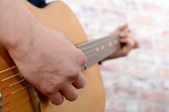 Close-upmening van mensen` s hand het spelen gitaar Royalty-vrije Stock Fotografie